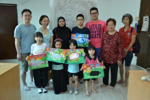 智育部主任李玉玲女士(右二)、儿童绘画班指导李康霖(右三)及全体家长学生合照