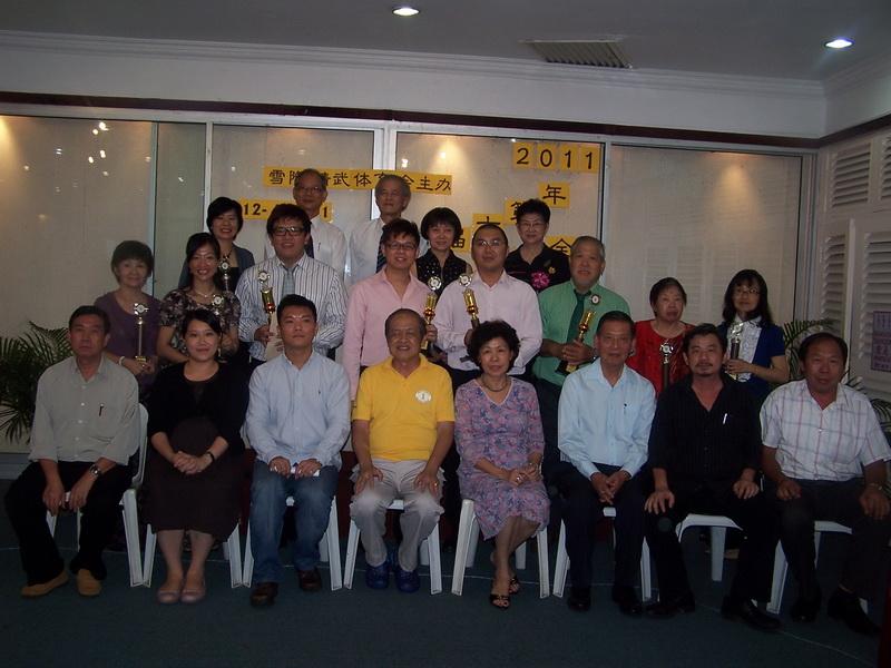 前排左起沈华兴、洪美枫、潘光前、署理会长叶振华、主任谭笑连、顾问杨柏志、理事王泉源及曹国贞。